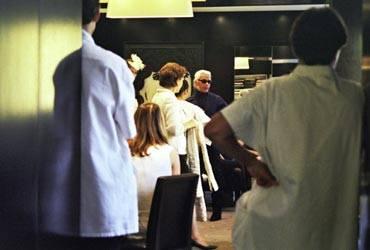 Modezar Karl Lagerfeld bei der ersten Anprobe.