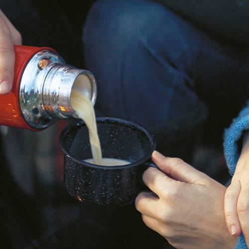 Gut gegen blaugefrorene Finger: Eine Tasse Eierpunsch mit Eierlikör, Rum und Sahne. Ein Hauch Anis macht ihn raffiniert! Zum Rezept: Eierpunsch