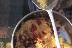 Der Star für einen Tag: Der deftige Sauerkrautsalat mit Pinien- und Granatapfelkernen passt aufs Brot, zu Gegrilltem und solo. Zum Rezept: Sauerkrautsalat