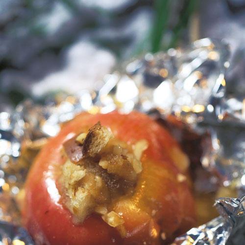 Der herrlich Unentbehrliche: Bratapfel mit Mandel-Orangen-Füllung. Wir grillen ihn direkt in der Glut oder auf dem Grillrost und servieren ihn mit Vanillesoße. Zum Rezept: Bratapfel vom Grill
