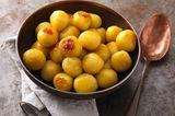 Martinsgans wird mit karamellisierten Kartoffelnknödeln serviert