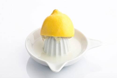 9. Zitronensaft plus Sonne macht die Haare blonder - stimmt das?