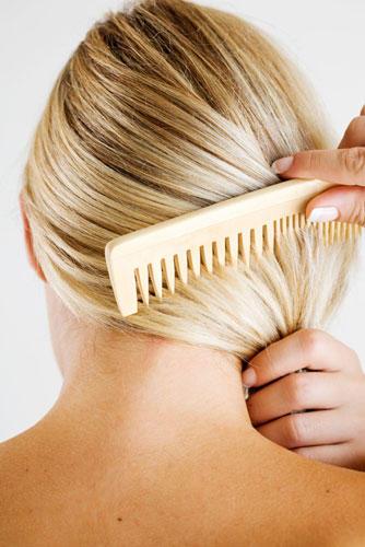 10. Kräftiges Bürsten bringt Glanz ins Haar - stimmt das?