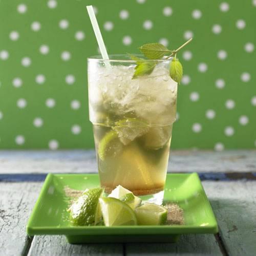 Ganz jungfräulich und ohne Alkohol kommt der Virgin-Mojito daher. Er ist perfekt für Fans von Caipirinha und Co., die mal wieder alkoholfreie Cocktails genießen wollen. Das Ginger Ale, die Minze und das Crushed Ice erfrischen schön! Vorteil: Rezepte wie dieses garantieren Genuss bei 0,0 Promille. Zum Rezept: Virgin-Mojito (ohne Alkohol)