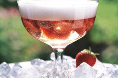 Ohne Reue: halb gefrorene Erdbeerstückchen mit Martini und Sekt. Zum Rezept: Erdbeer-Martini-Cocktail