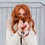 Frau mit roten Haaren und Parka
