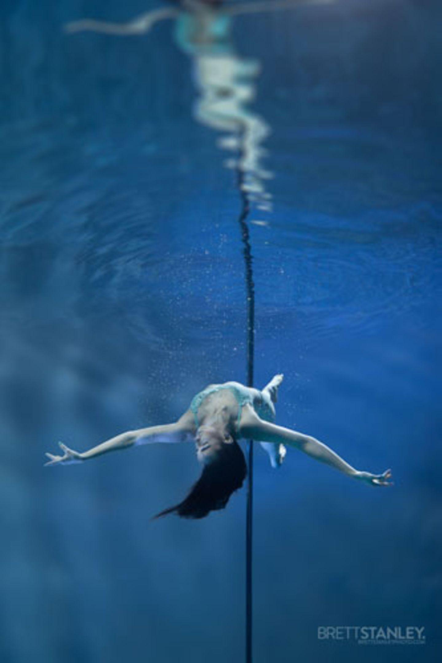 Wer sich im Pole Dance ausprobieren möchte, kann zum Beispiel bei der erfahrenen Trainerin Nele Sehrt, Inhaberin des Aerial Dance Center in Hamburg, einen Workshop buchen.