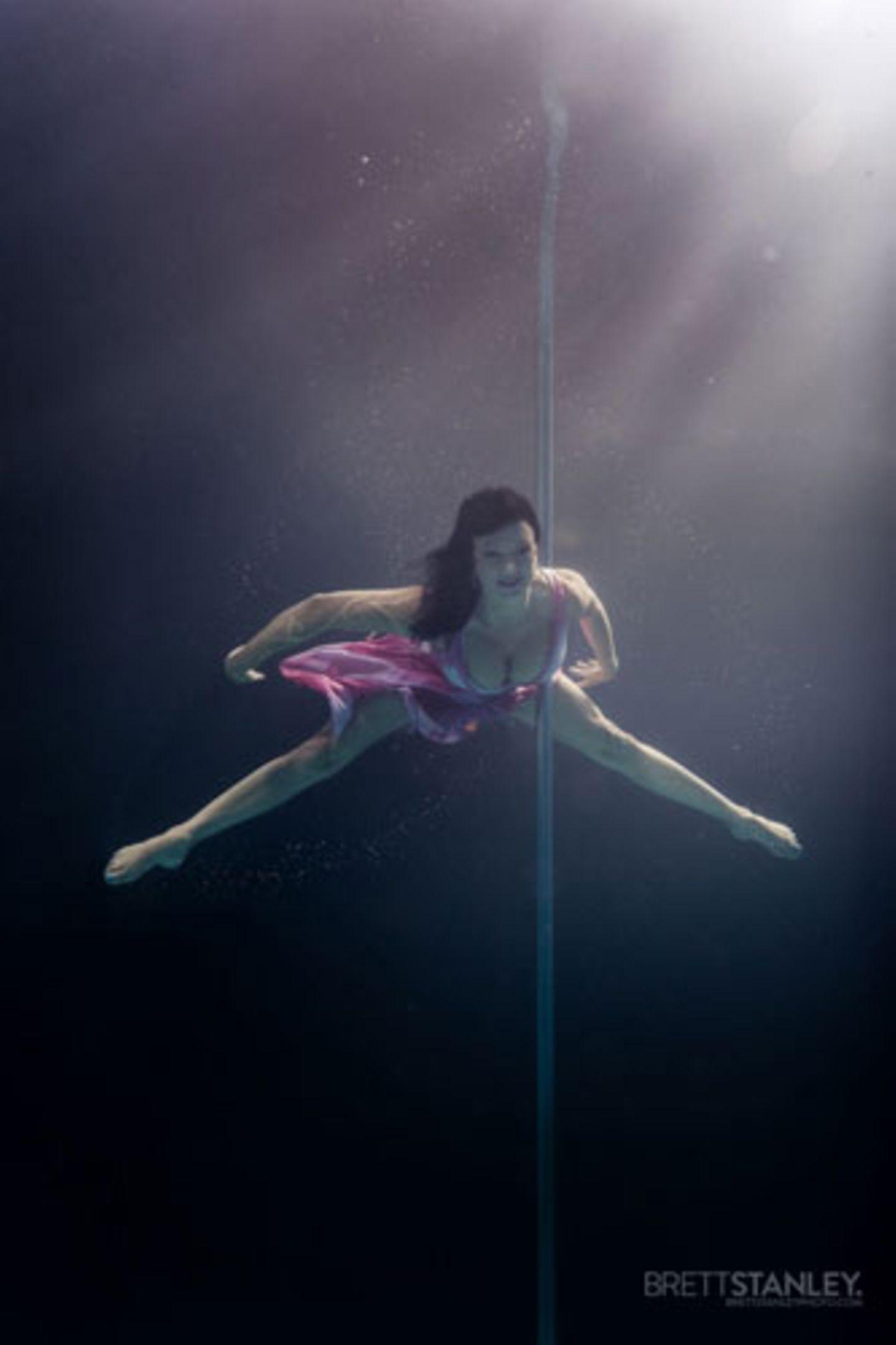 Beim Pole Dance wird zwischen drei Grundelementen unterschieden: Spins - Drehungen die Stange hinab, Climbs - Akrobatik an der Stange ohne Bodenkontakt, und Tanz an der Stange.