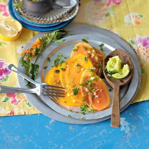 Ein Obstsalat mit Papaya und Mango ist immer eine leckere Sache. Ist er dann noch mit Ingwer, Koriander und Minze verfeinert, wird das Dessert zum Höhepunkt des Menüs. Zum Rezept: Würziger Obstsalat