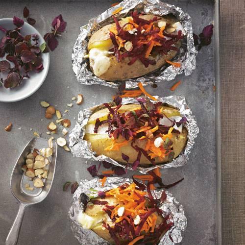 Gefüllt mit würzigem Käse, geraffelter rote Bete und Möhren, obendrauf gehackte Haselnüsse: ein Fest (nicht nur) für Veggies. Zum Rezept: Gebackene Kartoffeln mit Blauschimmelkäse