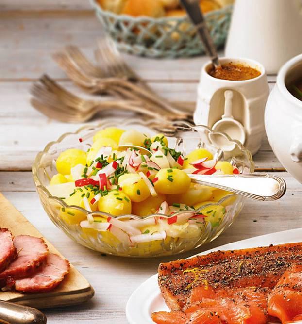 Eine vegane Kombi zweier toller Knollen, die sich aufs Beste ergänzen. Zum Rezept: Kartoffel-Topinambur-Salat