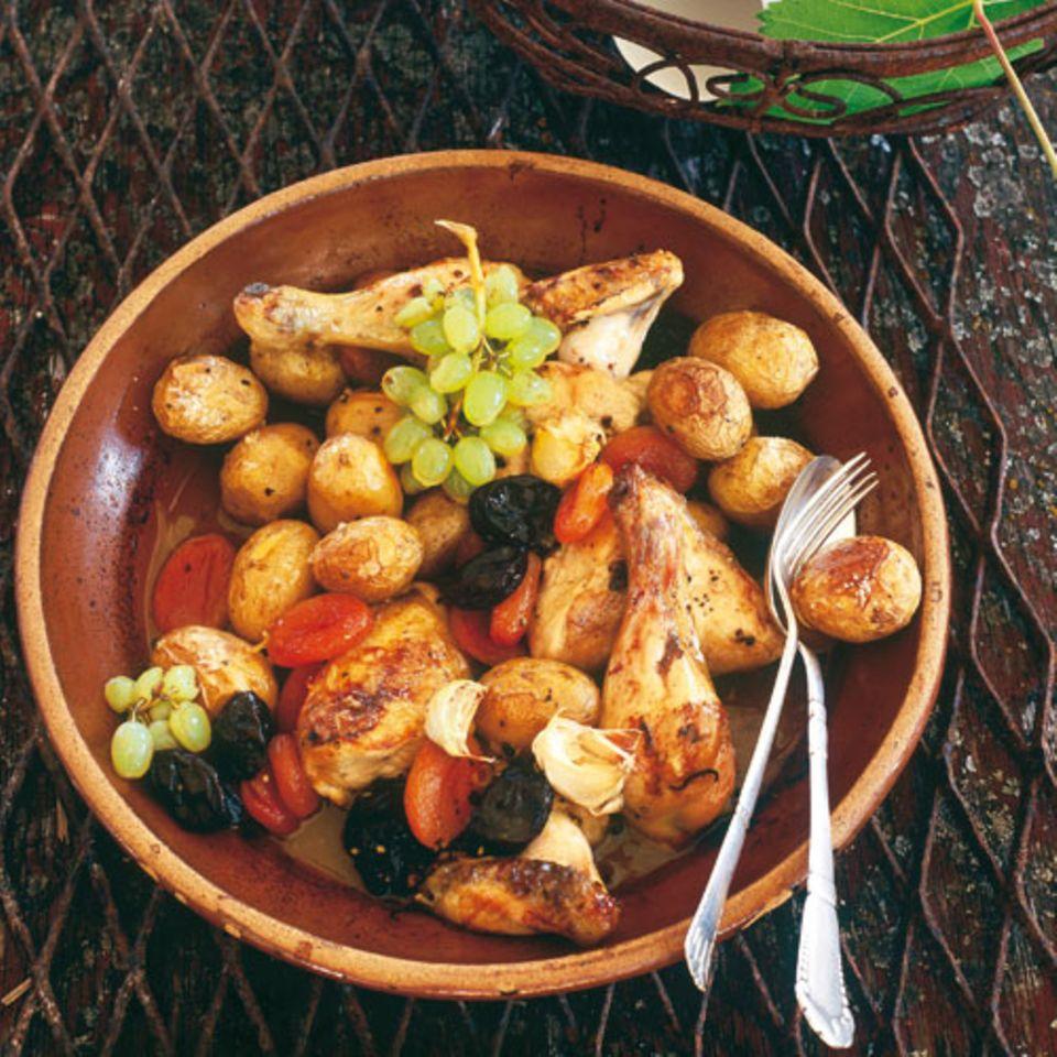 Im Ofen geschmort, gelingt es immer. Einfach köstlich! Zum Rezept: Kartoffeln mit Huhn und Backobst