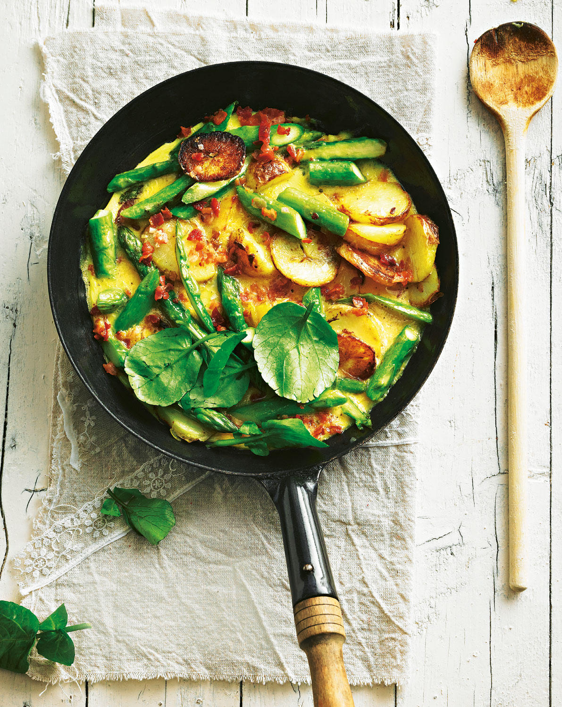 Reste-Essen auf frühlingshaft feine Art ? mit grünem Spargel und Brunnenkresse-Topping. Aber natürlich kommen zu den Vortagskartoffeln, wie üblich, auch Eier und Speck in die Pfanne. Zum Rezept: Bauernfrühstück von neuen Kartoffeln
