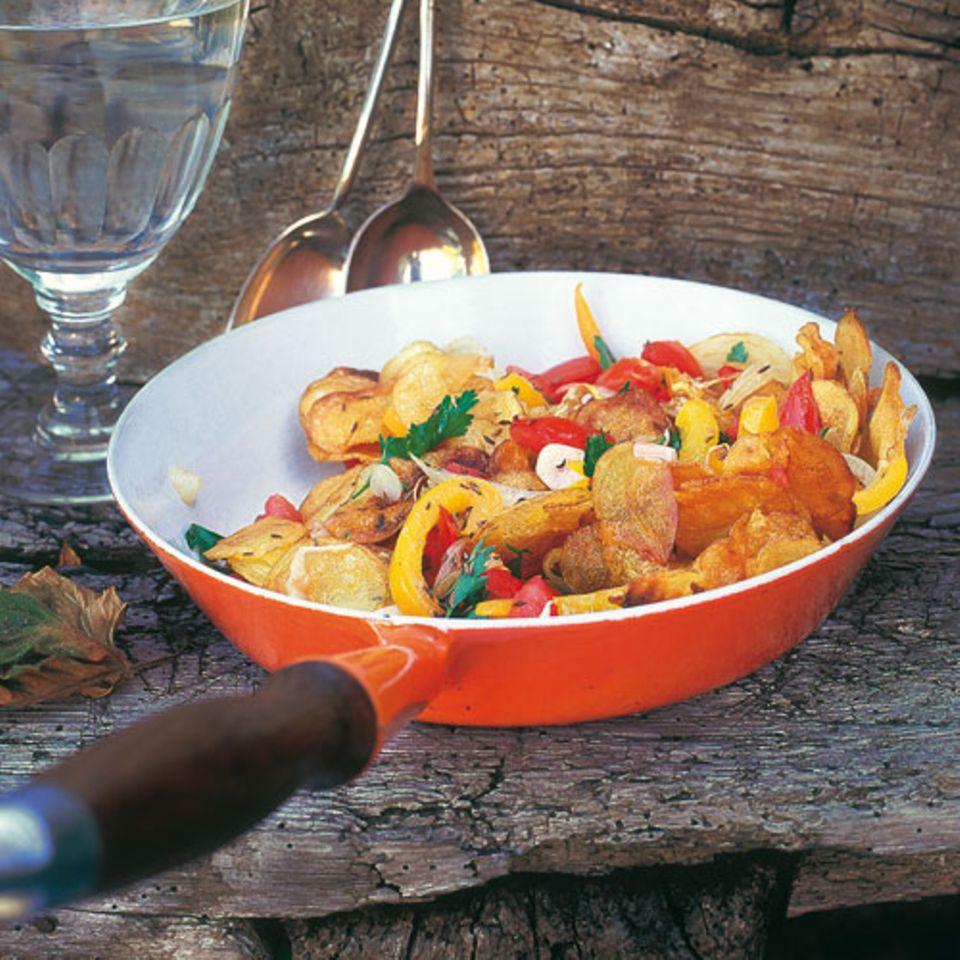 Bei Bratkartoffeln gilt: Hauptsache, schön knusprig! Diese Variante wird mit Tomate, Zwiebeln, Knoblauch und Paprika gemacht. Zum Rezept: Spanische Bratkartoffeln