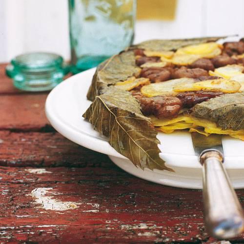 Der Clou dieser köstlichen Tarte sind Weinblätter und Maronen. Zum Rezept: Kartoffeltarte mit Portweinsahne