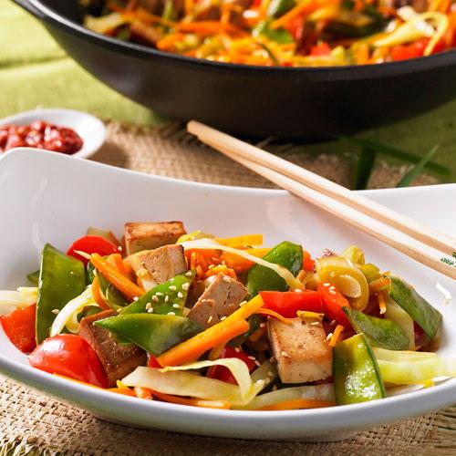 Asia-Gemüsepfanne mit gebratenem Honig-Tofu
