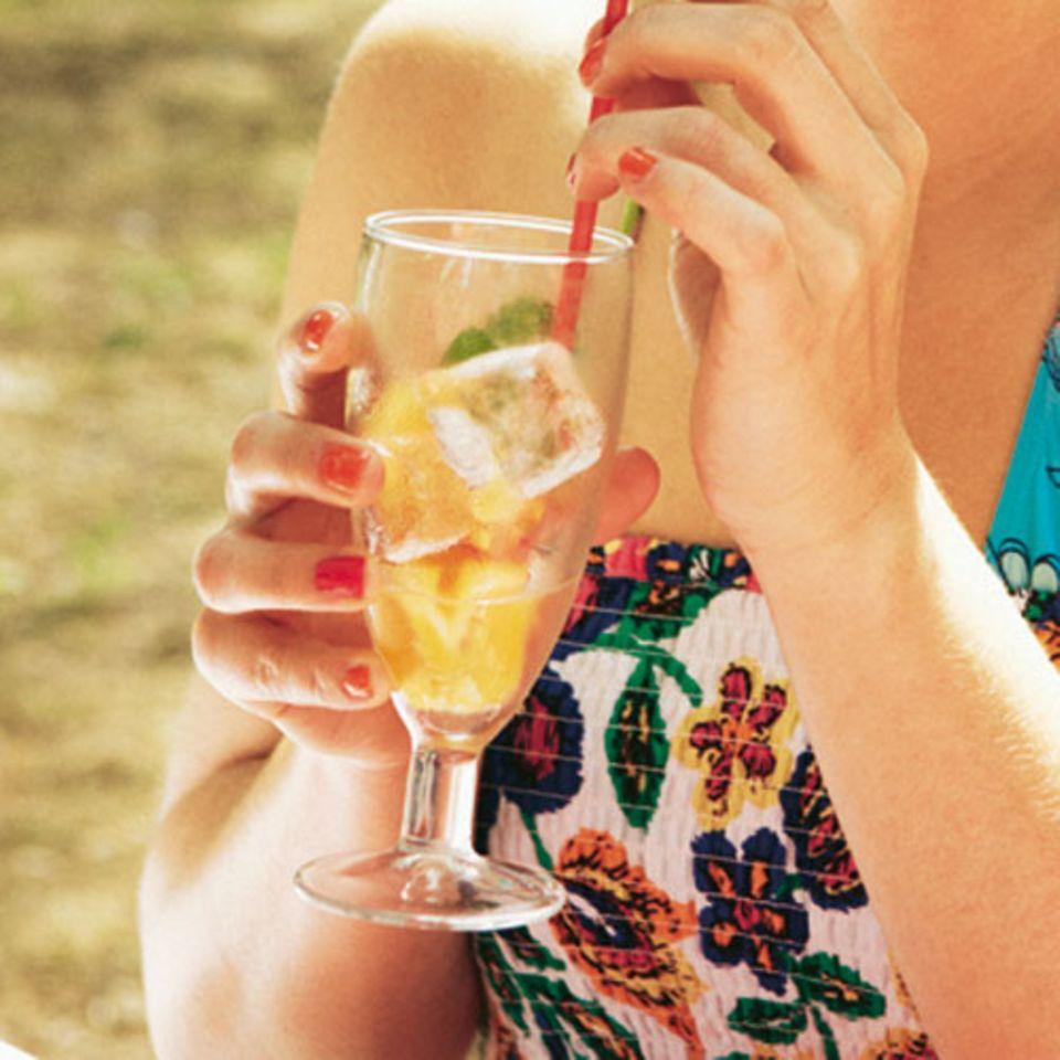 Diese sommerliche Variante des beliebten Cocktail-Klassikers wird mit Orangen statt Limetten und Melisse statt Minze gemacht. Zum Rezept: Orangen-Mojito