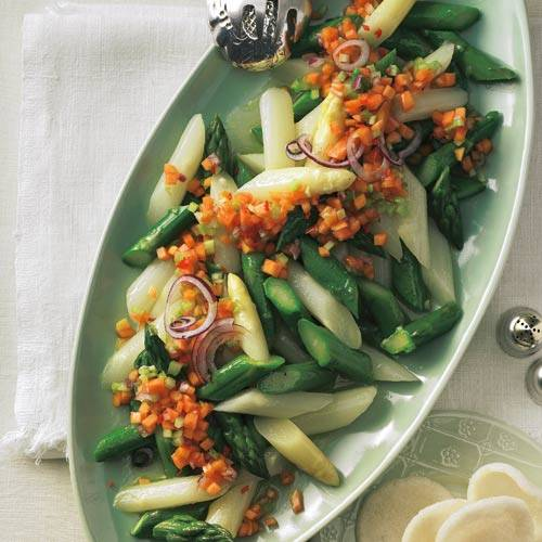 Spargel muss immer mild und fein daherkommen? Fein ja, mild nicht unbedingt. Hier der Beweis: die Chili-Papaya-Variante. Zum Rezept: Spargelsalat mit Salsa