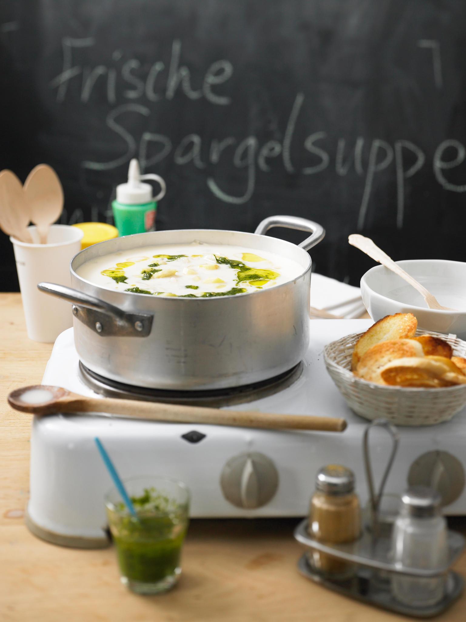 Spargelgerichte: Spargel-Mandel-Suppe mit Kräuteröl