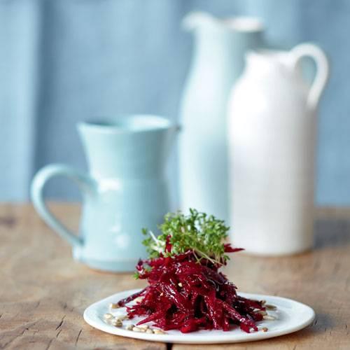 Feines für Gäste: Das leckere Tatar wird nicht mit rohem Hackfleisch gemacht, sondern mit roter Bete - und mit Sonnenblumenkernen, Zitrone und Walnussöl verfeinert. Zum Rezept: Rote-Bete-Tatar mit Kresse