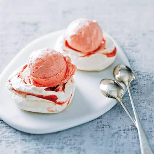 Erdbeer-Rosen-Sorbet mit Baiser