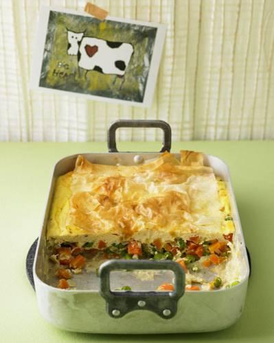Erbsen und Möhren essen wohl alle Kinder gern. Und alle Eltern lieben Gerichte, die schnell und einfach vorbereitet sind. Das macht den Auflauf mit Strudelteig zu einem echten Win-Win-Essen! Zum Rezept: Gemüsepastete