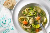 Das erfrischend einfache Rezept mit Kartoffeln, Möhren und Erbsen punktet mit Vitamin B12 und Eisen. Sommerlich dank extra vielen Kräutern! Zum Rezept: Gemüsesuppe mit Pesto