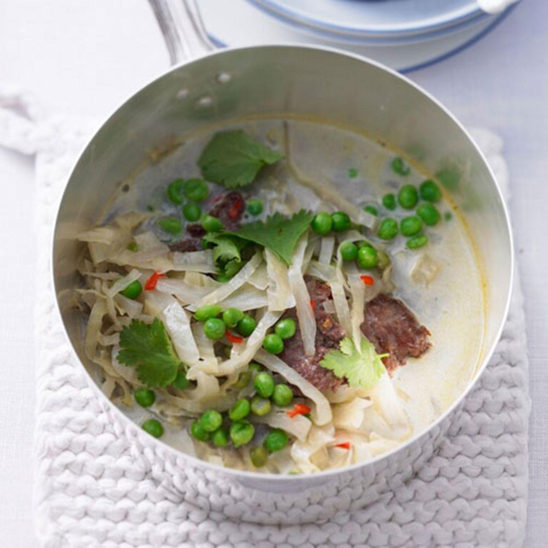 Genießt ihn mittags oder abends: den Eintopf mit Lammrückenfilet, Weißkohl und Erbsen, gewürzt mit Chili, Kurkuma, Zitronengras und Koriander. Auch mal ein praktisches Gäste-Essen. Zum Rezept: Thai-Eintopf mit Lamm, Kohl und Erbsen