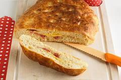 In diesem Brot wird der Belag einfach mitgebacken: Der lockere Hefeteig ist mit Käse und Salami gefüllt - yummie! Zum Rezept: Gefüllte Foccacia  Zum Rezept: Gefüllte Foccacia