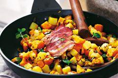 Die Idee für unser Gröstl stammt aus Tirol. Diese Variante mit Kürbis und Kürbiskernen ist aber feiner als das traditionelle österreichische Vorbild. Wer's lieber vegetarisch mag, ersetzt den Speck durch zerbröselten Schafkäse. Eine Portion hat 175 Kalorien. Zum Rezept: Frühstücks-Gröstl