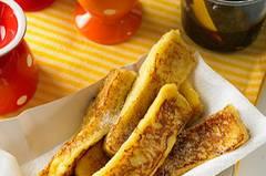 Arme Ritter sind lecker, aber ganz schön mächtig. Auch unsere süßen Toaststreifen werden in Eiermilch getaucht und gebraten, aber weil sie so schön klein und handlich sind, bleibt im Magen auch noch Platz für die anderen Köstlichkeiten auf dem Frühstückstisch.  Zum Rezept: Süße Toaststreifen