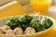 Parmesan und Ricotta, umhüllt von geröstetem Sesam und gehackter Rauke: Die Käsebällchen sehen toll aus und schmecken auch genauso. Zum Rezept: Bunte Ricotta-Käse-Bällchen Zum Rezept: Bunte Ricotta-Käsebällchen