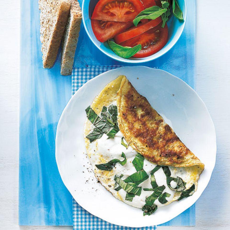 Der Name Caprese bezieht sich auf den beliebten italienischen Vorspeisensalat aus Tomaten, Mozzarella, Basilikum und Olivenöl - und genau diese Zutaten finden ihren Weg in dieses Frühstücks-Omelett. Zum Rezept: Ei Caprese