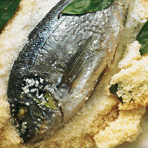 Die Füllung dieses Prachtstücks für zwei bis drei Genießer wird unter die Brusthaut geschoben und macht das feine Fleisch besonders saftig. Zum Rezept: Dorade in der Salzkruste