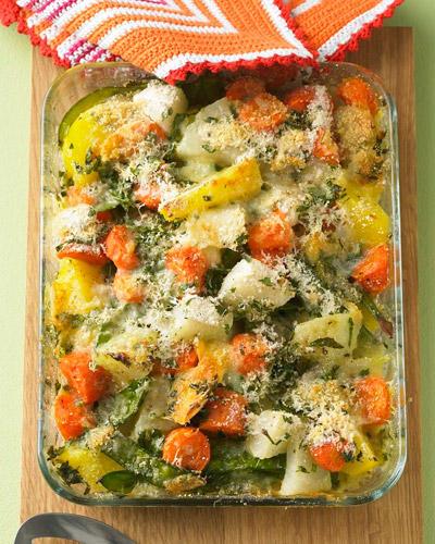 Den Gemüseauflauf mit Kartoffeln, Kohlrabi, Möhren und Zuckerschoten können Sie prima vorbereiten. Und wenn die Familie dann hungrig nach Hause kommt: einfach Brühe, Petersilie, Käse und Semmelbrösel drüber und ab in den Ofen. Zum Rezept: Bunter Gemüseauflauf