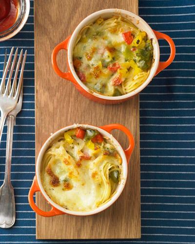 Eine Auflaufform brauchen Sie für den vegetarischen Nudelauflauf nicht: Er gart ganz unkompliziert in der Tasse. Zitrone und Kräuter sorgen für eine frische Note. Zum Rezept: Spaghetti-Tassenauflauf