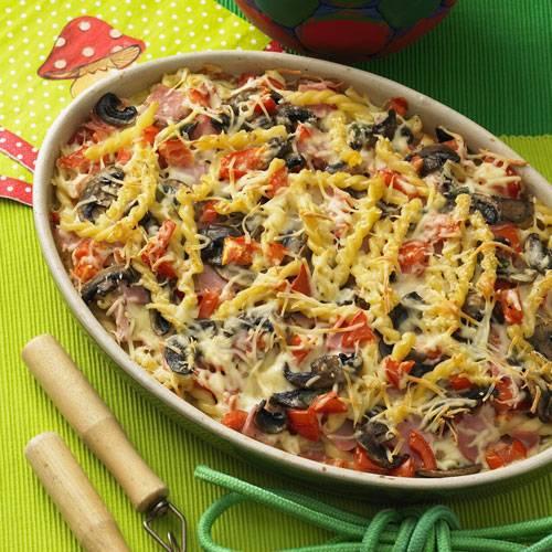 Bunt und gesund: Viele Tomaten, viele Pilze, das ist das Geheimnis dieses Nudelauflaufs. Bei Sahne und Käse setzen wir auf die fettreduzierten Varianten, das macht den Auflauf noch leichter.  Zum Rezept: Bunter Nudelauflauf