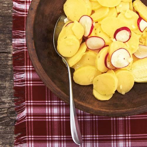 Ohne Schnickschnack: schlichter Kartoffelsalat mit Radieschen und Vinaigrette. Wer's noch etwas grüner mag, dekoriert mit Kresse. Zum    Rezept: Kartoffelsalat