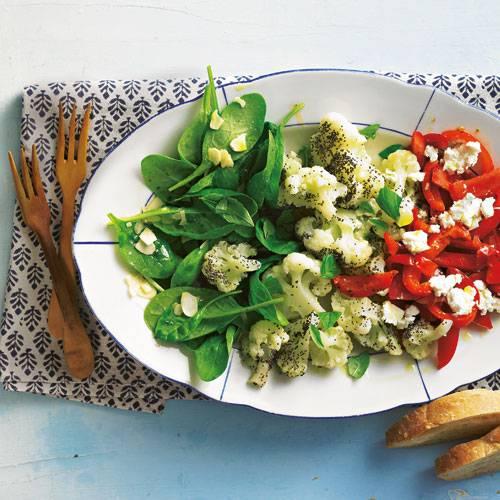 Wunderbar herbstlich: Der Salat wird mit Feta-Käse, leckeren Mandelblättchen und einem Esslöffel Blaumohn zu einem besonderen kulinarischen Erlebnis. Zum Rezept: Gemischter Salatteller
