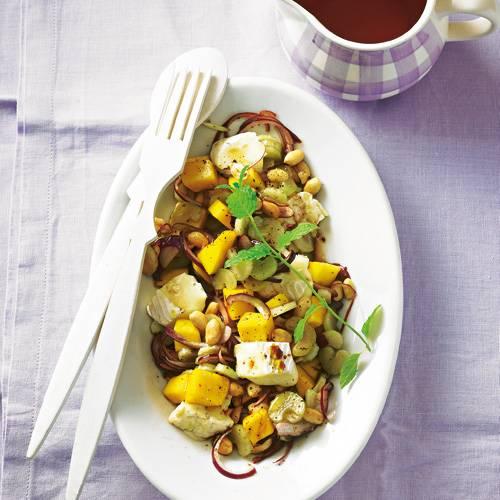 Dieser Salat überrascht mit einer Komposition aus Mango, Camembert und Erdnüssen. Er ist schnell gemacht, hat wenig Kalorien ? und macht trotzdem auf dem Teller einiges her. Zum Rezept: Mango-Käse-Salat