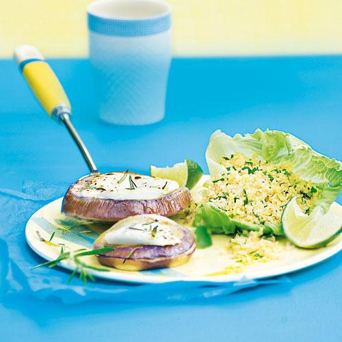 Quinoa-Kräutersalat mit Auberginen-Käse-Talern