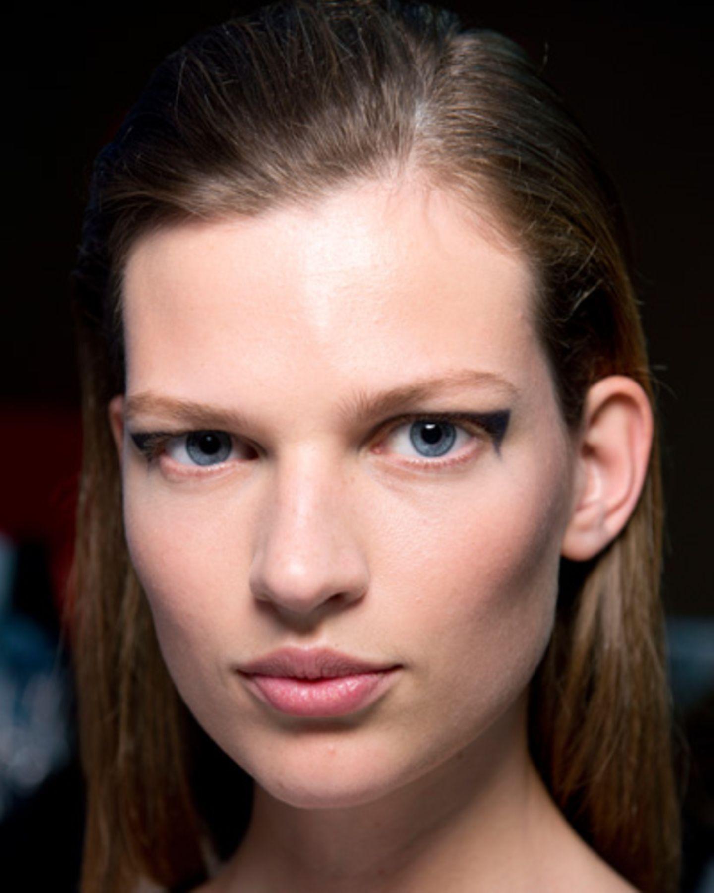 Damit die Models bei den Fashion Weeks nicht nur durch die Kleider auffallen, die sie über den Lauftsteg tragen, kreieren Make-up-Artists immer wieder neue Make-up-Trends. Die reichen vom zurückgenommenen Nude-Look bis hin zum knalligen Statement-Make-up. Lippen leuchten in Purpurrot und Koralle, mal glänzen sie nur in einem leichten Roséton. Augenlider werden mit grafischen Eyeliner-Linien bemalt oder mit Glitzerpigmenten zum Strahlen gebracht. Augenbrauen werden manchmal so stark betont, dass man einfach hinschauen muss. Im Frühjahr und Sommer haben zartere Farben wie Pastelltöne ihren großen Auftritt, im Herbst und Winter freuen wir uns dann wieder auf dunklere Nuancen wie blutrote Lippen. Schaut man sich die Bilder von den Schauen an, wirken diese Make-up-Trends manchmal vielleicht etwas übetrieben. Auf den Laufstegen darf es halt auffälliger zugehen. Und man muss diese Looks ja auch nicht 1:1 kopieren. Vielmehr sollte man diese Make-up-Trends als Inspiration verstehen. Wir zeigen euch unsere 100 Lieblings-Make-up-Trends. Viel Spaß!