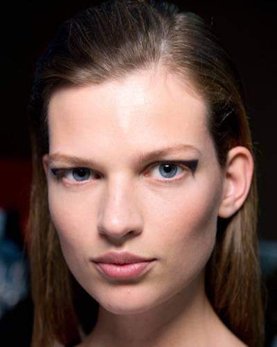 Make-up: Damit die Models bei den Fashion Weeks nicht nur durch die Kleider auffallen, die sie über den Lauftsteg tragen, kreieren Make-up-Artists immer wieder neue Make-up-Trends. Die reichen vom zurückgenommenen Nude-Look bis hin zum knalligen Statement-Make-up.     Lippen leuchten in Purpurrot und Koralle, mal glänzen sie nur in einem leichten Roséton. Augenlider werden mit grafischen Eyeliner-Linien bemalt oder mit Glitzerpigmenten zum Strahlen gebracht. Augenbrauen werden manchmal so stark betont, dass man einfach hinschauen muss.     Im Frühjahr und Sommer haben zartere Farben wie Pastelltöne ihren großen Auftritt, im Herbst und Winter freuen wir uns dann wieder auf dunklere Nuancen wie blutrote Lippen.     Schaut man sich die Bilder von den Schauen an, wirken diese Make-up-Trends manchmal vielleicht etwas übetrieben. Auf den Laufstegen darf es halt auffälliger zugehen. Und man muss diese Looks ja auch nicht 1:1 kopieren. Vielmehr sollte man diese Make-up-Trends als Inspiration verstehen. Wir zeigen euch unsere 100 Lieblings-Make-up-Trends. Viel Spaß!