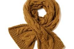 Ein klassisches Zopfmuster in neuem Design ziert den extralangen Schal (260 cm!) - schmückend und wunderbar warm. Zur Strickanleitung: Schal mit Zopfmuster stricken