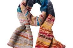 Der vielfarbige Schal ist als Accessoire zu Uni-Teilen ein willkommener Akzent. Zur Strickanleitung: Bunter Schal aus Schurwolle