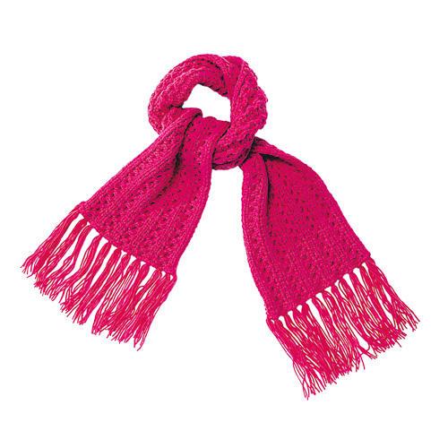 Partnerlook für Groß und Klein: Der pinkfarbene Kinderschal aus flauschiger Merinowolle ist in dem gleichen Zopfmuster gestrickt. Zur Strickanleitung: Zopfschal für Kinder stricken
