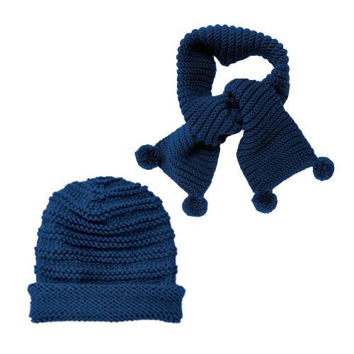 Für stilbewusste Mädchen: Mütze und passender Schal in edlem Dunkelblau, beide in Rippenmuster gestrickt; der Schal hat am Ende kleine Bommel. Zur Strickanleitung: Mütze und Schal mit Rippenmuster stricken