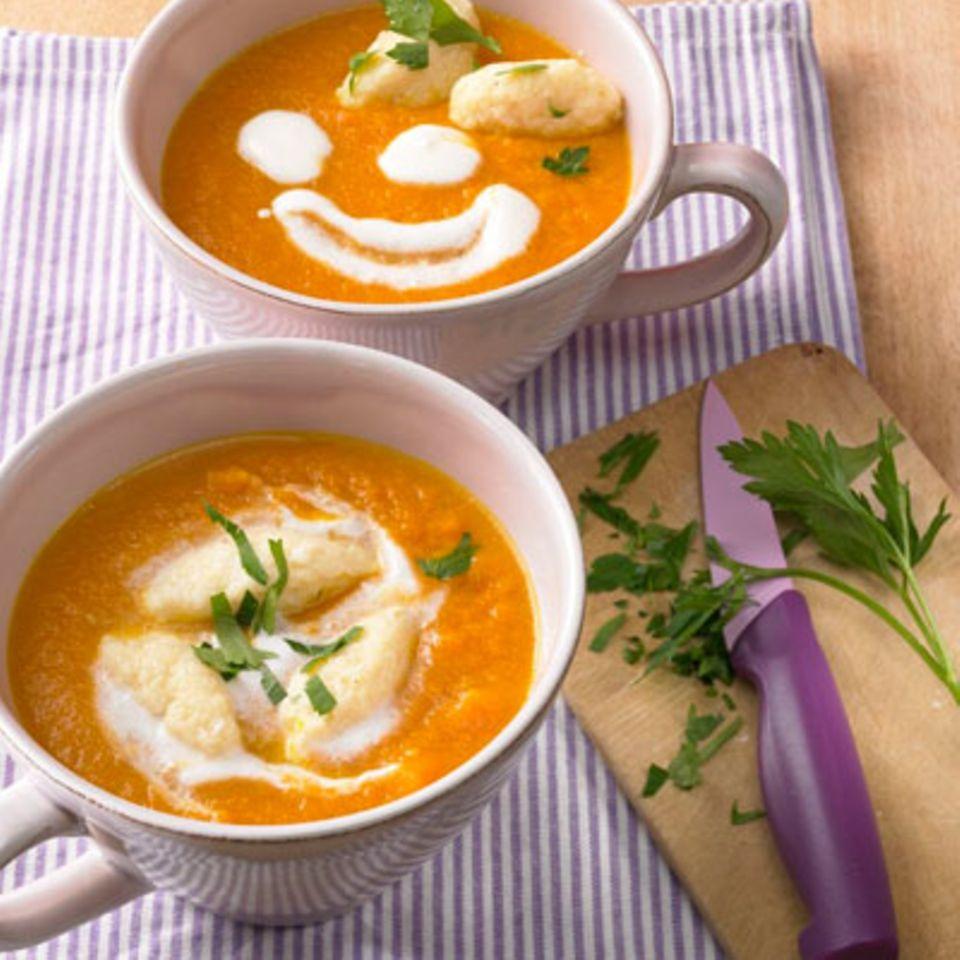 Bei diesem Gericht macht schon die Zubereitung Spaß. Je mehr Hände beim Nocken-Kneten helfen, desto besser. Nach getaner Arbeit schmeckt die Suppe dann noch besser. Zum Rezept: Samt-Möhrensuppe mit Grießnocken