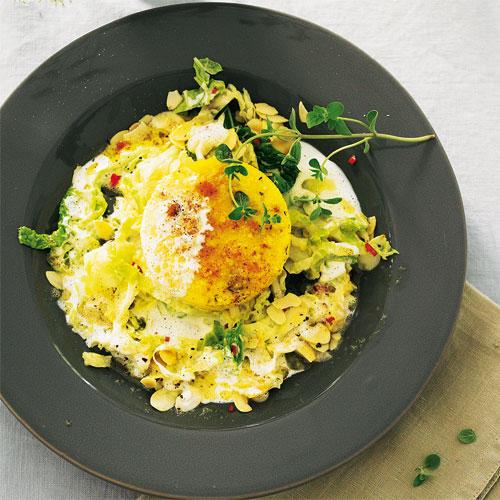 Sie erwarten Vegetarier zum Essen? Kein Grund, auf Genuss zu verzichten: Die raffinierten Küchlein aus Maisgrieß, Käse und Nüssen nehmen es mit jedem Braten auf.  Zum Rezept: Polenta-Walnuss-Küchlein auf Rahmwirsing