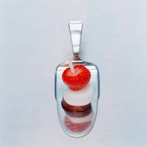 Marshmallows schmecken nicht nur auf heißem Kakao im Winter! In Kombination mit Erdbeeren lieben wir sie auch im Sommer. Zum Rezept: Erdbeer-Marshmallow-Sticks
